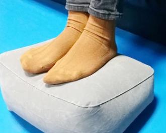 现货充气脚垫旅行飞机高铁汽车一垫升舱脚足踏气垫出口品质定制